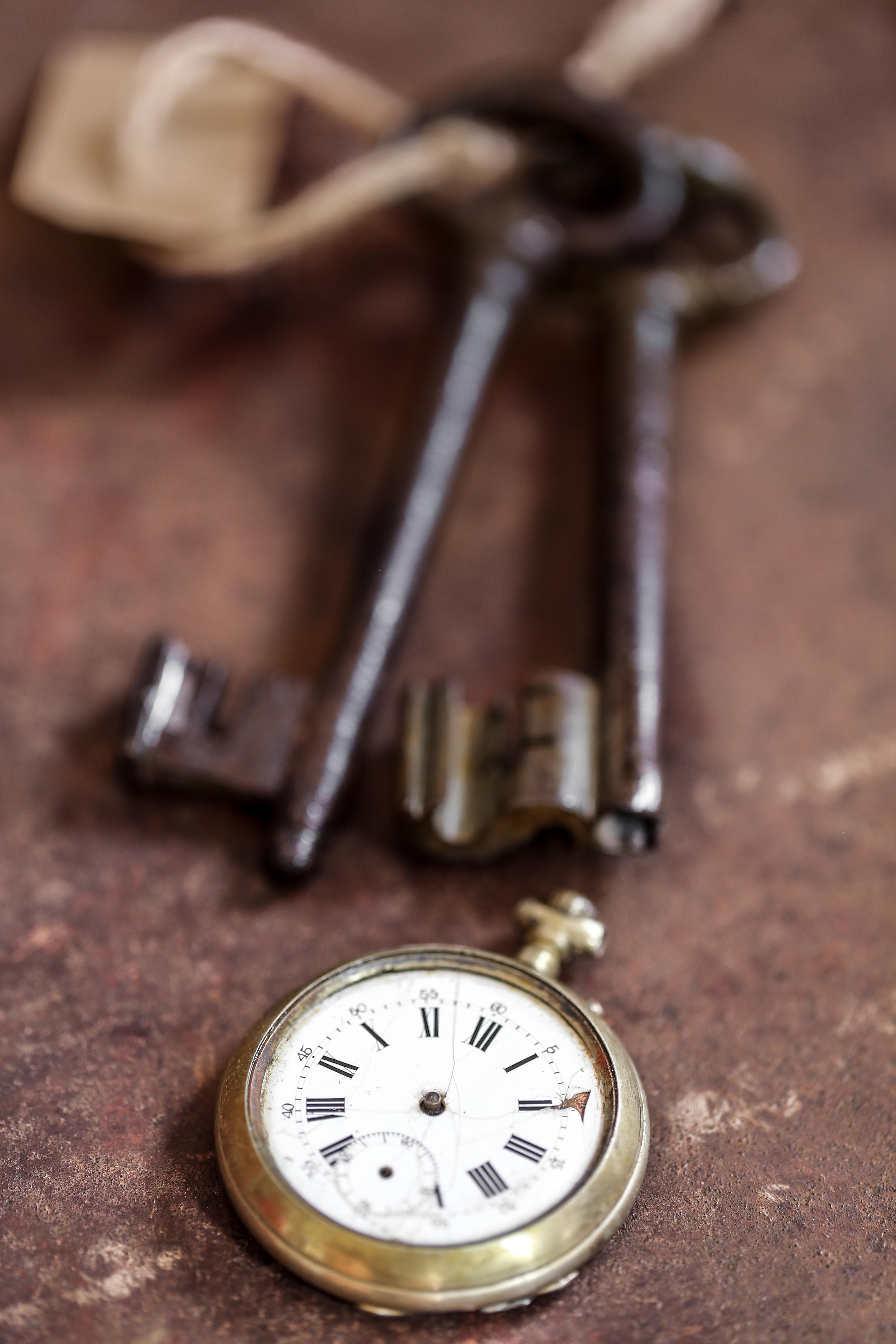 Alter Schlüssel und Taschenuhr