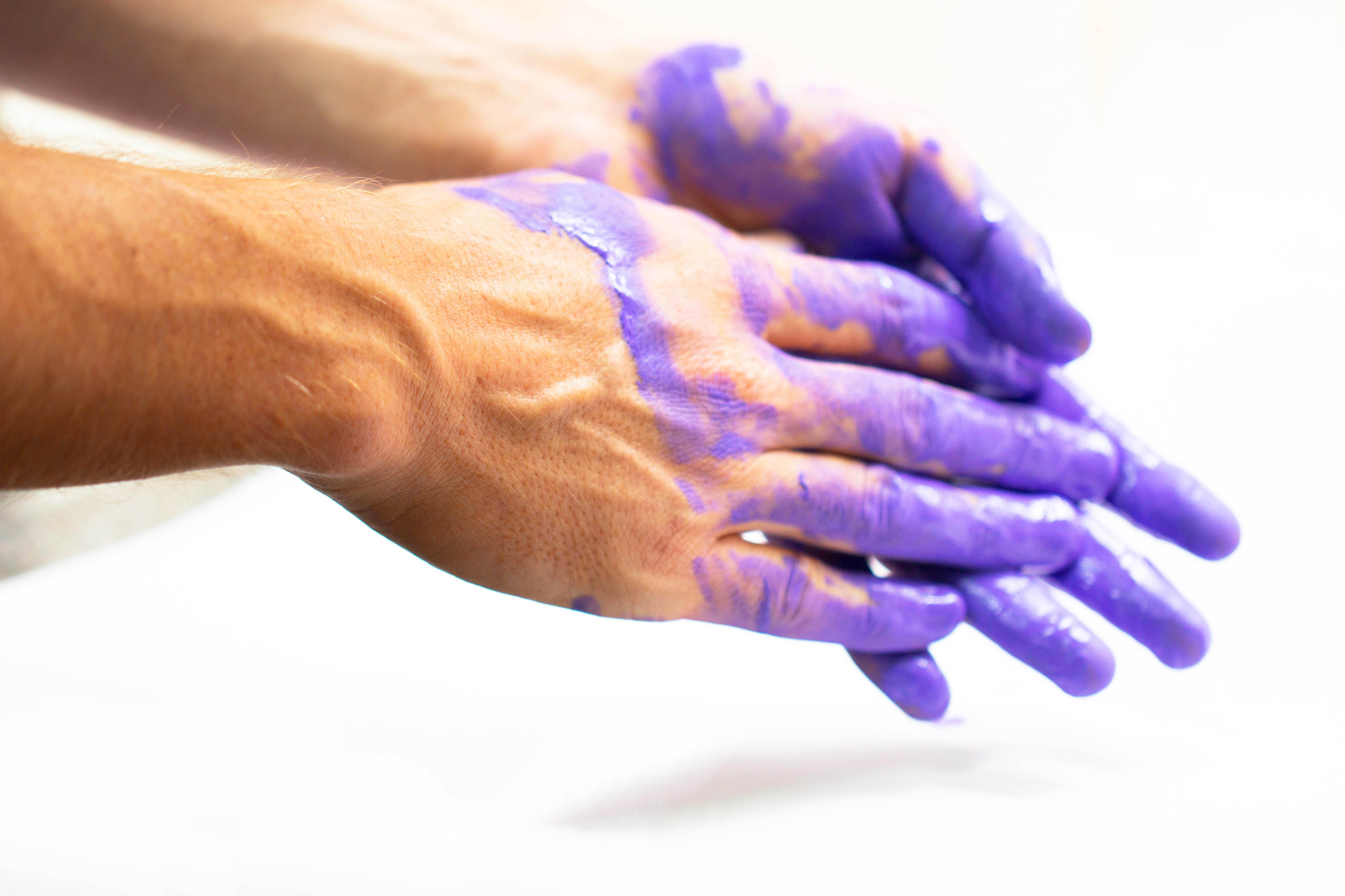 windlichter Workshops - Hände mit Lila Farbe